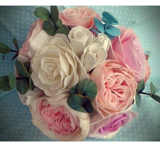 Букет невесты из пионов, кустовых и пионовидных роз с веточками эвкалипта.