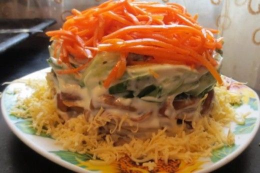 Низкокалорийный салат с корейской морковью и грибами
