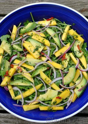 Ensalada de rúcola, mango y aguacate. Yo la he hecho y le he añadido unos langostinos troceados, y queda fenomenal.
