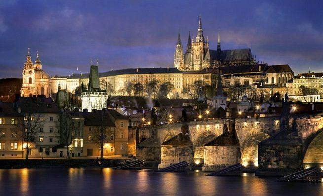 – Castillo de Praga: Es una verdadera joya medieval gótica y el más grande del mundo en su estilo. Una fortaleza medieval espectacular que fue residencia de los reyes de Bohemia, de emperadores romanos y de presidentes del gobierno checo.