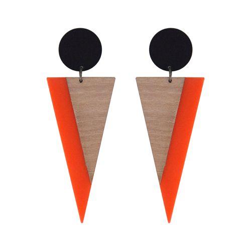 Brinco longo com base de acrílico preto redonda e pingente de acrílico em formato de triângulo invertido na cor laranja com detalhe sobreposto em laminado de madeira clara.Medidas do brinco (AxL, incl. base): 9,5 x 3,5 cm.Referência: V17-826Esse ...