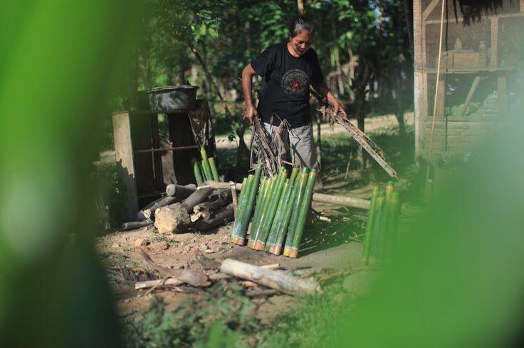 Persiapan pembakaran Nasi Bambu