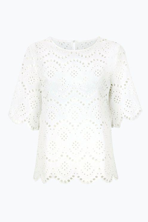 Trendy og lækker bluse af bomuldsblonde. Slids i nakken med knap. Længde ca. 64 cm i str. 38. <br><br>100% bomuld<br>Pasform: regular<br>Vask 40°