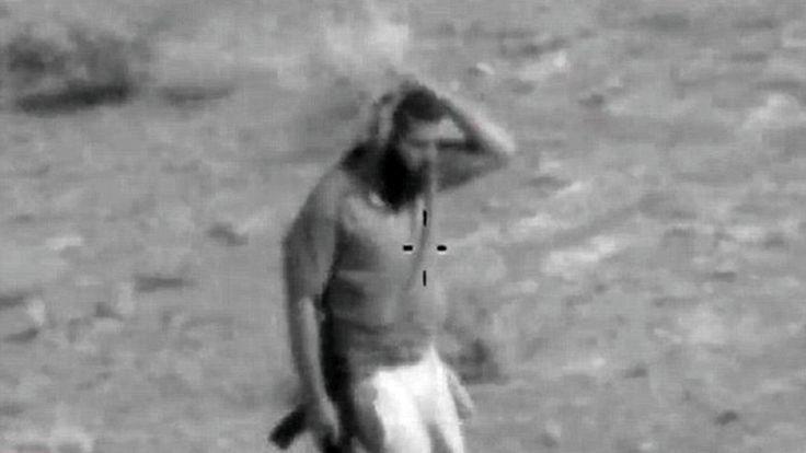 Un terrorista del Estado Islámico (EI) ha aparecido en el punto de mira de las fuerzas iraquíes en el momento en que trataba de esconderse de una manera extraña, informa 'Daily Mail'. El yihadista intentó evitar ser abatido por un helicóptero iraquí camuflándose con unos hierbajos sobre la cabeza.</p>