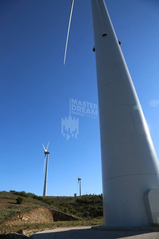 Com quase 100 metros de altura, os imponentes aerogeradores do Parque Eólico deslumbram qualquer visitante / With almost 100 feet tall, the imposing wind turbines dazzle any visitor.