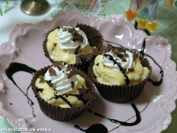 Košíčky z čokolády plnené pudingom a šľahačkou