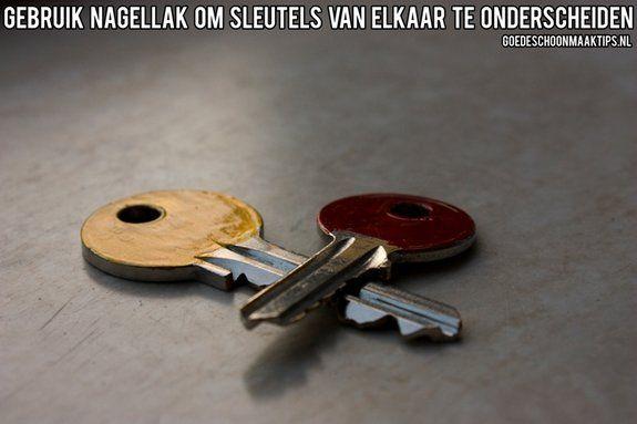 Gebruik verschillende kleuren nagellak om sleutels van elkaar te onderscheiden. Meer tips vind je op www.goedeschoonmaaktips.nl