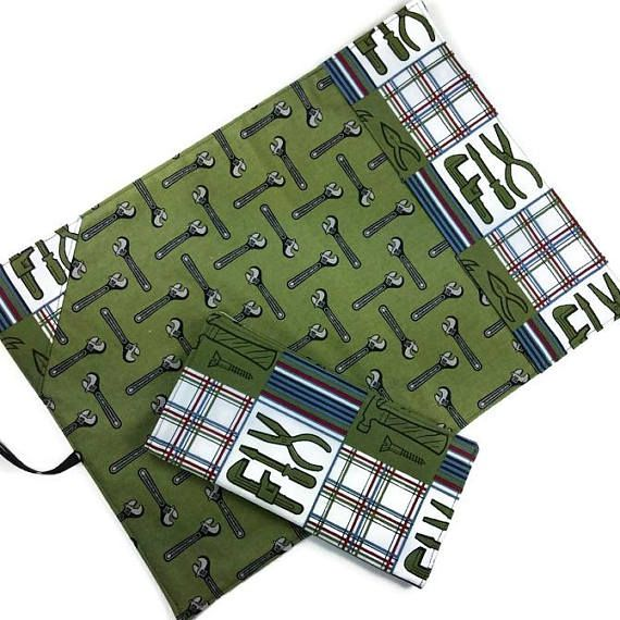 Masculine reusable lunch set, includes roll up placemat with ustensil pocket and reusable cloth napkin – Ensemble pour lunch comprenant napperon à rouler avec rangement ustensiles et serviette de table réutilisable - #mylittlepoppyseed #etsyseller #etsycanada #handmade #ecofriendly #giftformen #giftsforboys #tools  https://www.etsy.com/shop/mylittlepoppyseed https://www.facebook.com/MyLittlePoppySeedCreations