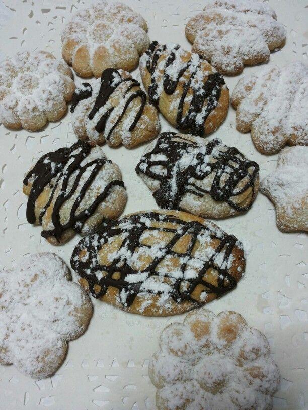 Biscotti all'arancia con colature al cioccolato.