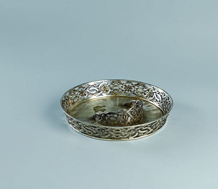 Gümüşler | Topkapı Sarayı Müzesi Resmi Web Sitesi-Yaklaşık 2000 civarında gümüş eserden oluşan Saray koleksiyonu, Osmanlı Saray hazinesinden intikal eden gümüşler, padişahların cülûs yıldönümlerinde aldıkları hediyeler ve Avrupalı diplomatların ziyaretlerinde padişahlara getirdikleri gümüşlerin yanı sıra bağışlanan ve satın alınan eserlerle oluşturulmuştur.