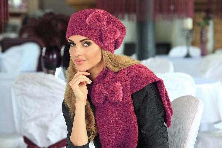 Bordowa, miękka i delikatna czapka w zestawieniu z szalikiem. Stylizację urozmaicają ręcznie wykonane kokardy.  Model: Arleta (bordowy)