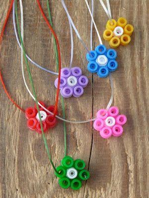 Einfache und schöne Ketten aus Bügelperlen. Perfekt für den Kindergeburtstag. Kann man schön gemeinsam basteln, gleich benutzen und als Giveaway verschenken.