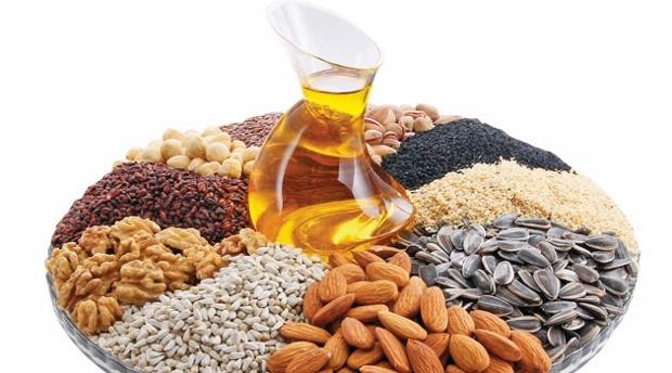 Yağların Sağlıktaki GerekliliğiVücudumuz tarafından üretilemediği için tüketilen besinlerden alınan yağlar; hidrojen, karbon ve oksijenden oluşan organik bileşiklerdir. Yağları oluşturan moleküllerin farklı kombinasyonları sayesinde yağlar çeşitlilik göstermektedir.