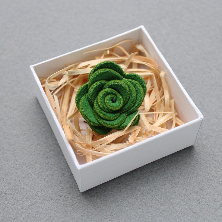Ozdoba do klopy - zelená kožená květina // KOŽENÁ ozdoba do pánské klopy // Průměr cca 3,0 cm. // Zapínání typ odznak. // Bude dodáno v dárkové krabičce :)