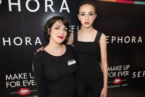 Nuestra dulce Ariadna con un look muy frances posa junto a la artista que le realizo la sesión de maquillaje.