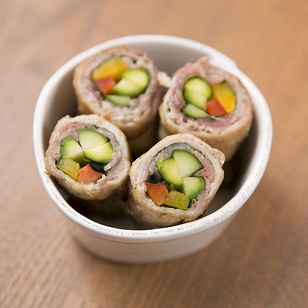 お弁当の定番人気メインおかず、豚巻きも#幸也飯の手にかかれば、こんなにカラフルに可愛く仕上がります。アスパラとパプリカに大葉と豚肉をぐるっと巻いてあっという間に完成。