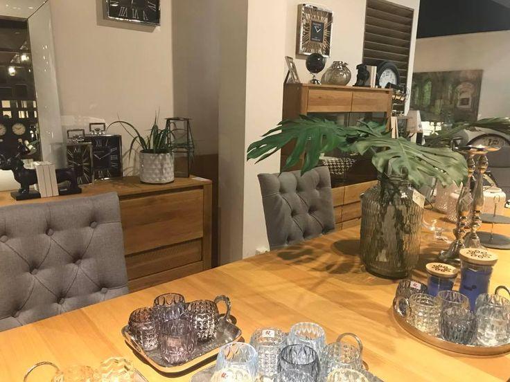 Szklane ozdoby na stół. Szklane kolorowe świeczniki i lampiony.
