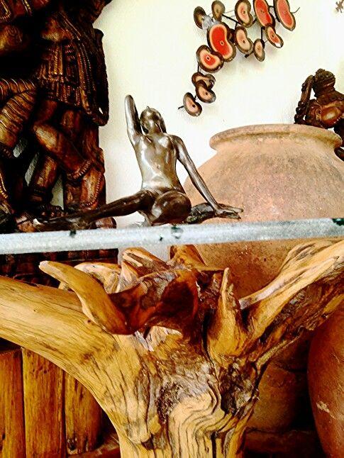 Mesa de raiz de madeira recuperada com tampo de vidro.