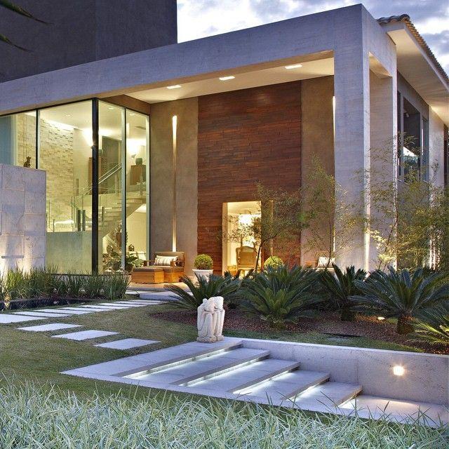 Paisagismo e arquitetura em sintonia! Boa noite a todos! . #cppaisagismo #marinapimentel #folhagem #vegetacao #sintonia #paisagismo #garden #architecture #arquitetura #jardim #natureza #nature #landscape #landscaping #decor #design #amantesdoverde #semeandonovasideias #bh #brasilia #df #contraste #escultura #boasvindas