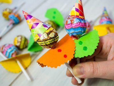 Receta de Cómo hacer Paletas de Payasito | Estas paletas son súper sencillas y divertidas. Son perfectas para decorar una mesa de dulces o para dar como detalle en las fiestas infantiles. Puedes hacerlas con los niños o incluso incluirla como una actividad durante la fiesta.                                                                                                                                                                                 Más