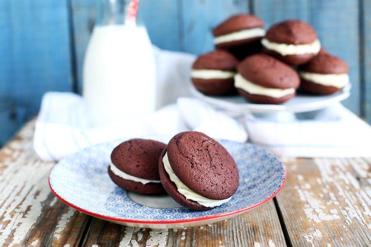 Sokszor említettük, hogy egy kekszes doboznak mindig tele kell lennie. De természetesen nem mindegy, hogy mivel. Mutattunk már számtalan receptet, az általatok egyik legkedveltebb verziója volt a Whoopie Pie. Hasonlóan készült ez a keksz is. Nézzétek csak.