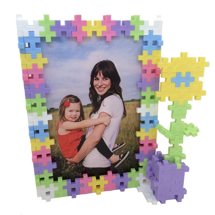 Arts & Crafts time! To make this frame, you only need about 150 pieces in your choice of colors. What can you create? #pictureframe #giftsformom #plusplustoy #plusplus #oneshape #madeindenmark #toys #artsy #artist #artiste #artistic #creative #handmade #crafts
