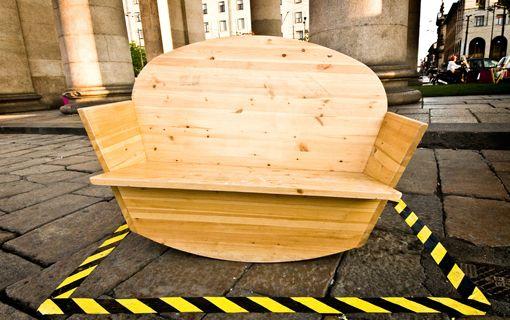 Dondolina | Esterni | Panca basculante in legno per due persone. Ideale per parchi, giardini, sale d'attesa, bar all'aperto.