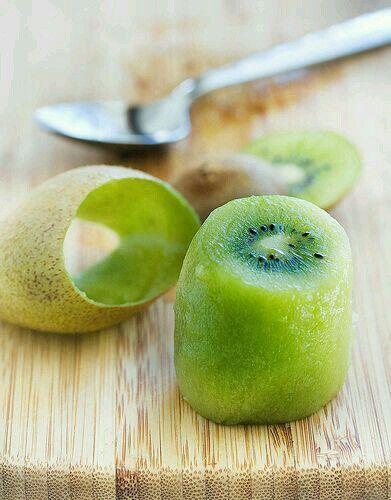 El kiwi es otra fruta muy rica en fibras, ayuda a tener una buena digestión y permite sentirse lleno por más tiempo. Por esta razón también es buena para quienes desean perder peso.