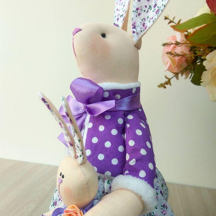 Нежная лаванда... Утонуть в её аромате - незабываемое удовольствие. Нежные сиреневые оттенки этого  цветка вдохновили меня на создание милой романтичной барышни - зайки  по имени Лада. Рост зайки - 40см. Одета в роскошное платье из хлопка в цветочек, украшенное  кружевом, жакетик с меховой подкладкой. Зака Лада держит в руках зайчишку- малышку. Зайка станет чудесным душевным подарком близкому человеку. Точный повтор не возможен.#зая  #хэндмэйд  #тильда