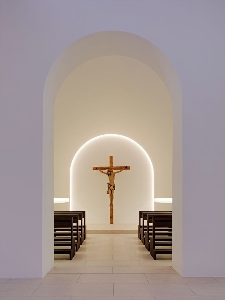 Purity of lines, chapel inside the St Moritz church renovated by John Pawson (© Jens Weber) _