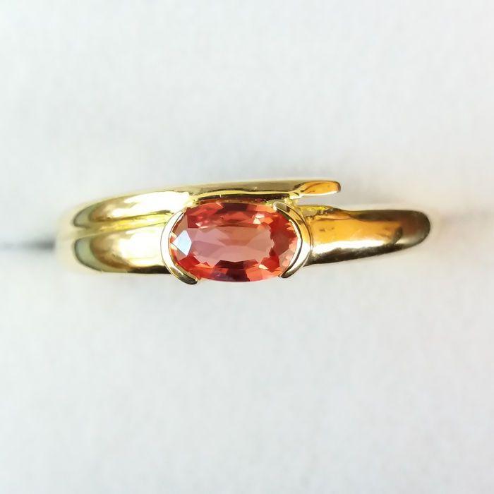 jaren 1970 design echte Unisex Ruby in 9 k goud  Een verbluffend mooie zonsondergang Ruby instellen in 9K geel goud. De parel van de liefde Ruby is het rode lid van de familie korund en wordt vaak gegeven als een geschenk te tonen de kracht van iemands relatie. Zijn rijke levendige rode kleuren zijn te wijten aan de aanwezigheid van chroom en zijn bijna identieke tweelingzus de Sapphire is vergelijkbaar in alle kleuren.Tot de vroege 19de eeuw leggen haar associatie met saffier onontdekte…