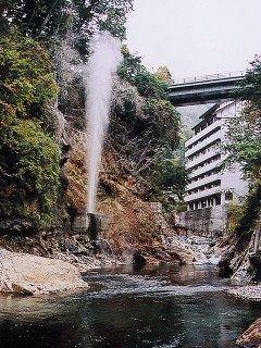 栃木県の川俣温泉で一押しの観光スポットが間欠泉 鬼怒川にかかる噴泉橋の真下にある岩と岩の隙間から白い蒸気が一気に噴き出します 轟音とともに2030mに達する湯けむりは圧巻ですよ() tags[栃木県]