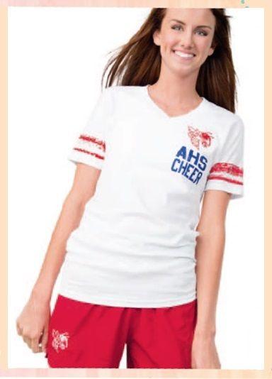 Футболка белая и красные шорты