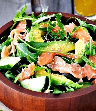 Salade meenemen naar het werk moet wel afwisselend blijven. Probeer deze maar eens uit met rucola, zalm en geitenkaas bijvoorbeeld! ✓ 100% koolhydraatarm