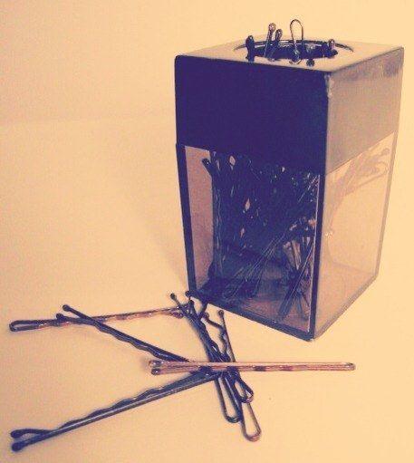 Guarde grampos para cabelo em um suporte de clipes para papel magnético