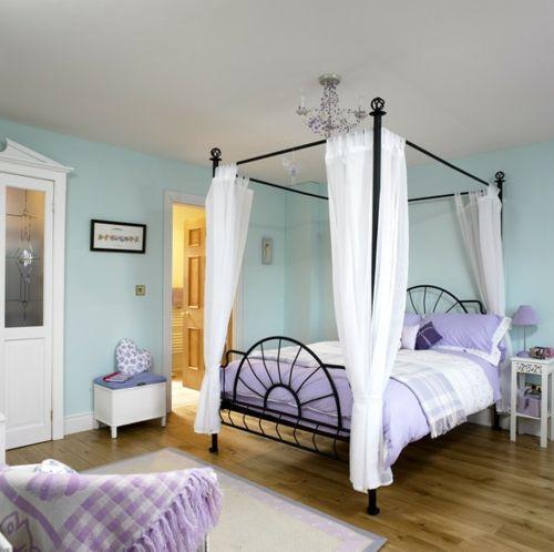 schlafzimmer gestalten tolles Eisenbett mit weißen Schlaufengardinen
