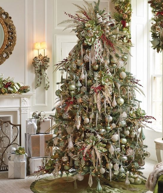 Most Popular Christmas Decorations On Pinterest To Pin: Love This #traditional #christmas Tree . @thedailybasics