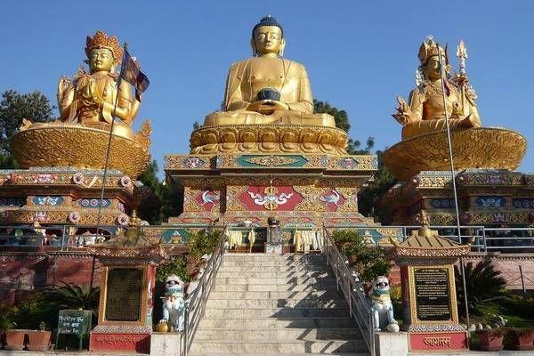 : Swayambhunath, il 'tempio delle scimmie', uno dei simboli del buddismo che domina la capitale dall'alto