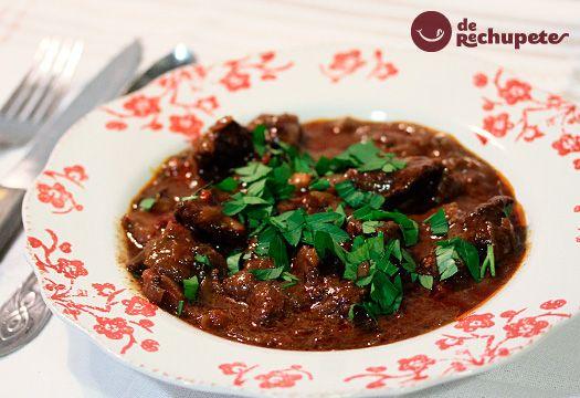Un plato especiado, originario de Hungría, uno de los estofados o guisos de carne más antiguo imperio austrohúngaro, a base de carne, cebollas y manteca. Preparación paso a paso y fotos.