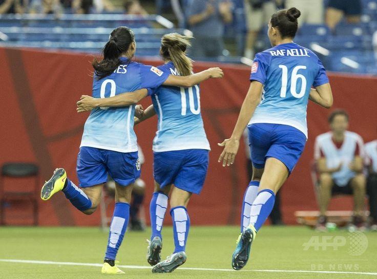 女子サッカーW杯カナダ大会・グループE、ブラジル対スペイン。アンドレッサ・アウベス(左)の得点を喜ぶブラジルのマルタ(中央、2015年6月13日撮影)。(c)AFP/NICHOLAS KAMM ▼14Jun2015AFP ブラジル、アウベスの得点でベスト16進出 女子サッカーW杯 http://www.afpbb.com/articles/-/3051599 #2015_FIFA_Womens_World_Cup #Group_E_Brazil_vs_Spain #Andressa_Alves (9) #Marta_Vieira_da_Silva (10) #Rafaelle_Souza (16)