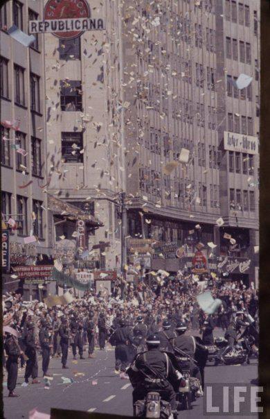 Recibimiento a John F. Kennedy en el Centro de Bogotá. Noten el detalle del Policía que se está cayendo de la moto