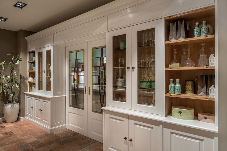 De dubbele schuifdeuren van deze klassieke en-suite-kast zorgen voor een mooie overgang van keuken naar woonkamer of eetkamer.
