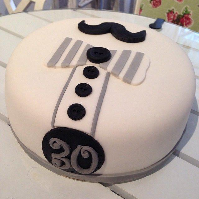 Happy 30th Sir! #cake #tårta #personlig #mustasch #sockerpasta #homemade #hembakat #nutella #choklad #gott #yummy #fint #bowtie #catering #special #göteborg #linné #gbgftw #birthday #party #födelsedag #fest #kalas