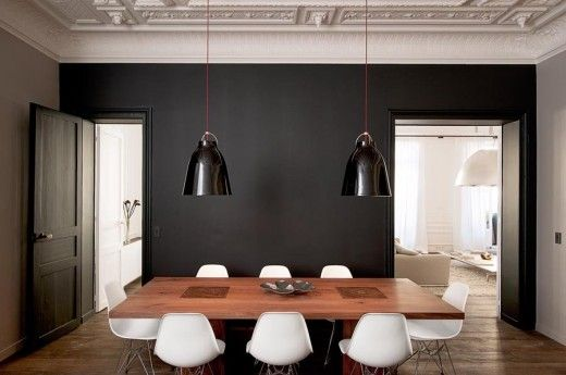Mörka väggar och ljusa Eamesstolar. Alla foton: Vincent Leroux/Marie Claire Maison