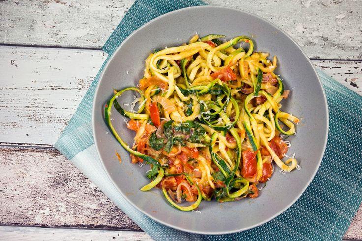 [Low Carb] Zucchini-Spaghetti mit Frischkäse, Basilikum und Tomaten