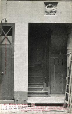 Entrée de l'ancien hôtel meublé de la Salamandre (1788). Le motif au-dessus de la porte provient de l'hôtel que François Ier fit construire pour la duchesse d'Etampes, demeure aujourd'hui démolie, 20 rue de l'Hirondelle. Paris (VIème arr.). Carte postale, vers 1900.