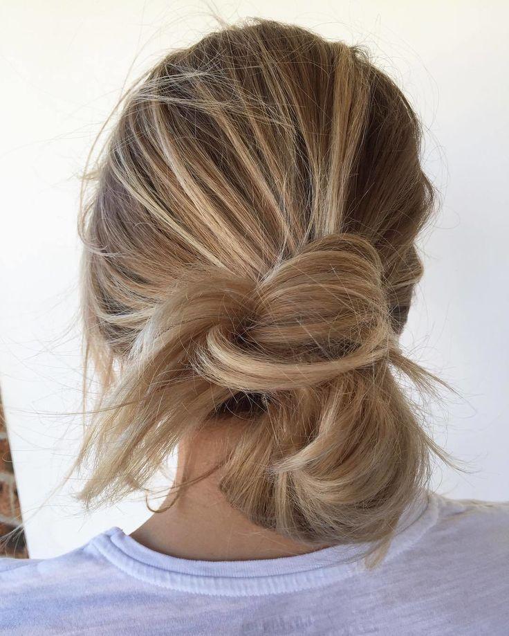 Le messy bun du samedi matin par excellence  Bon début de weekend!  #lookdujour #ldj #messybun #bun #relax #saturday #weekend #hair #blonde #hairinspo #hairofig #regram  @chelseahaircutters
