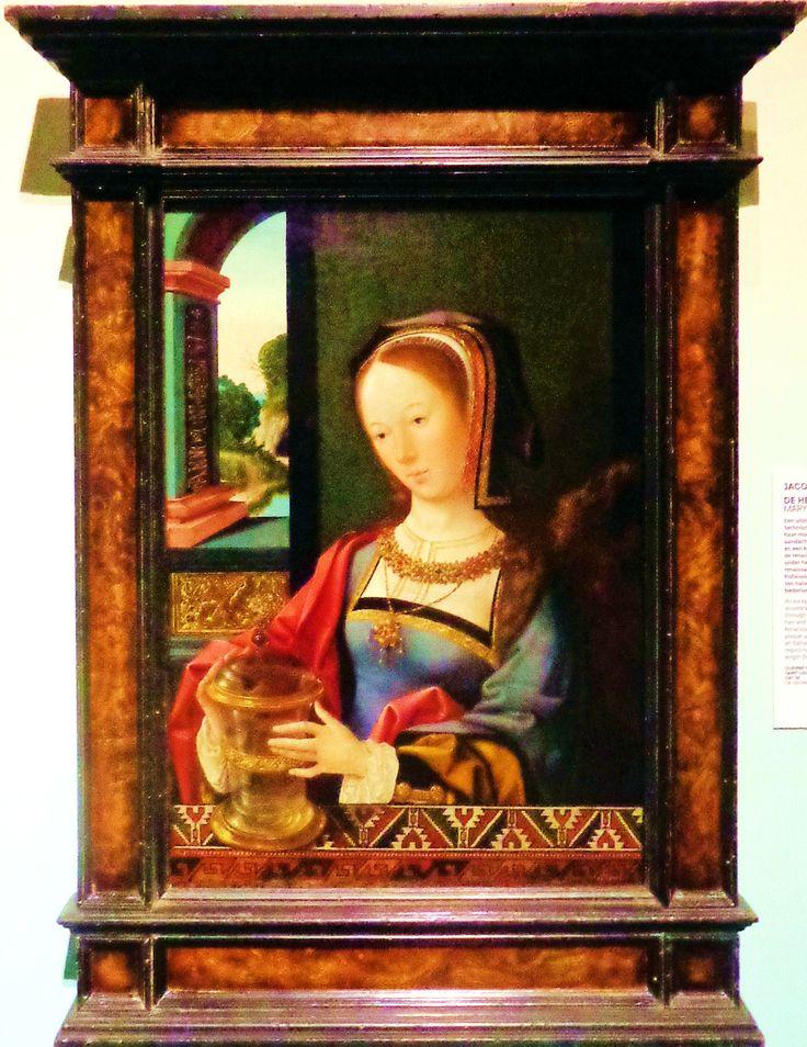 'De heilige Maria Magdalena' door Jacob van Oostsanen uit 1519. Een uitzonderlijk mooie zalfpot! Het is een staaltje technisch meesterschap: de hand van Maria Magdalena, haar mouw en jurk zijn zichtbaar door het glas. De aandacht voor kostbare sieraden, wapperende haren en een kleurig kleed over de balustrade laat zien dat de renaissance volop is doorgedrongen. De plaquette onder het venster baseerde Van Oostsanen op een renaissanceprent van de Italiaanse kunstenaar Antonio Pollaiuolo.