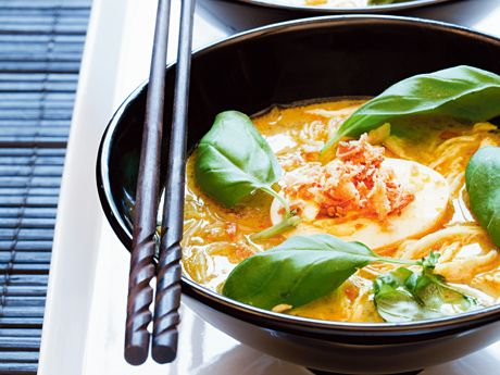 """Recept på laksa med kyckling. """"Laksa"""" betyder """"soppa"""", i både Indonesien och Malaysia. Den kan göras på en mängd sätt men innehåller oftast nudlar. Just det här receptet härstammar från Bogor, som ligger söder om Jakarta. Servera tillbehören i olika skålar och låt alla runt bordet plocka!"""