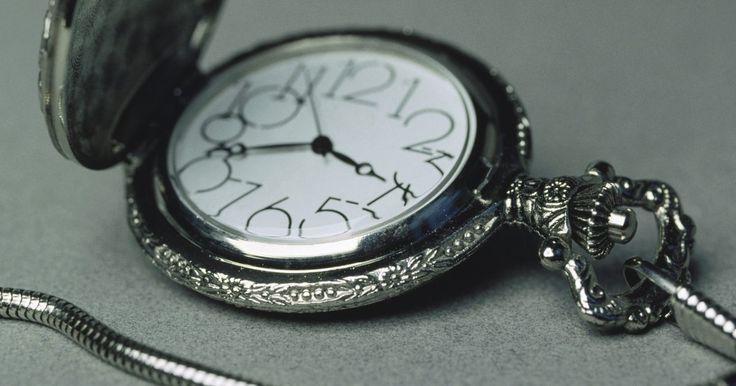 Faça você mesmo a reparação de um relógio de bolso. Os relógios de bolso são mecanismos complexos que incluem vários componentes em miniatura que permitem que o relógio funcione corretamente. Embora não sejam tão comumente usados nos tempos modernos, os relógios de bolso são muitas vezes passados de uma geração para outra, podendo, portanto, envelhecer e parar de funcionar. Felizmente, isso ...